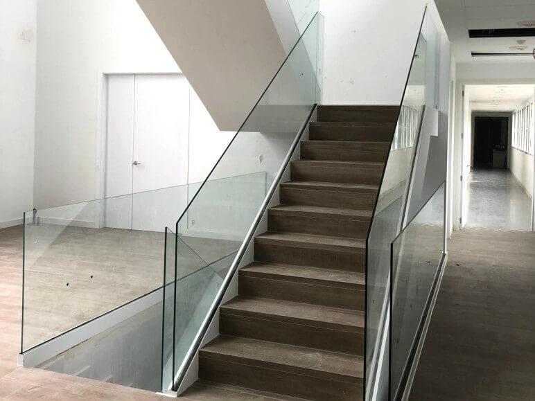 barandilla de cristal orizzonte para escalera proyecto sistemas de aluminio para la construccion alumed aluminium systems alicante 1