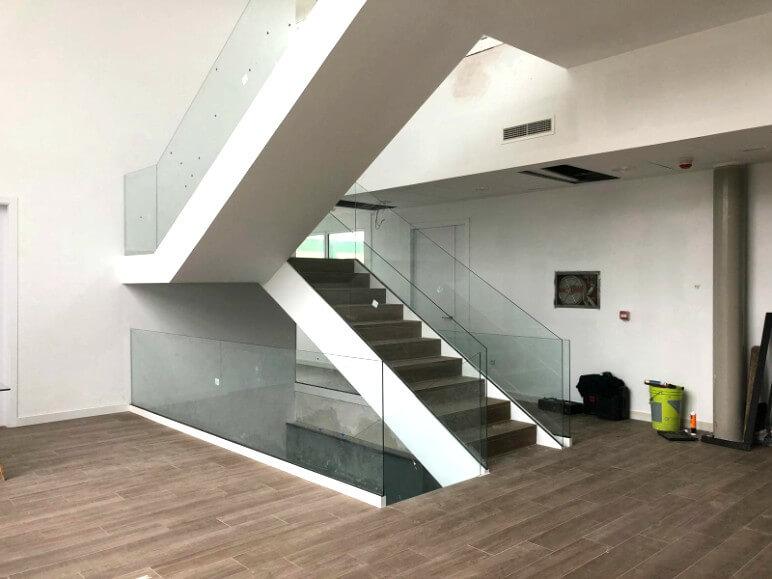 barandilla de cristal orizzonte para escalera proyecto sistemas de aluminio para la construccion alumed aluminium systems alicante 2