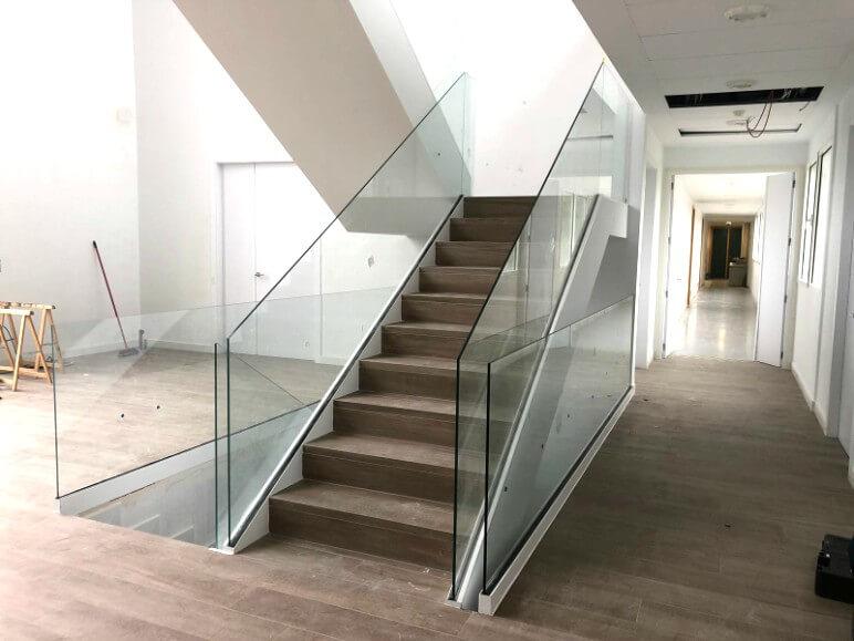 barandilla de cristal orizzonte para escalera proyecto sistemas de aluminio para la construccion alumed aluminium systems alicante 4