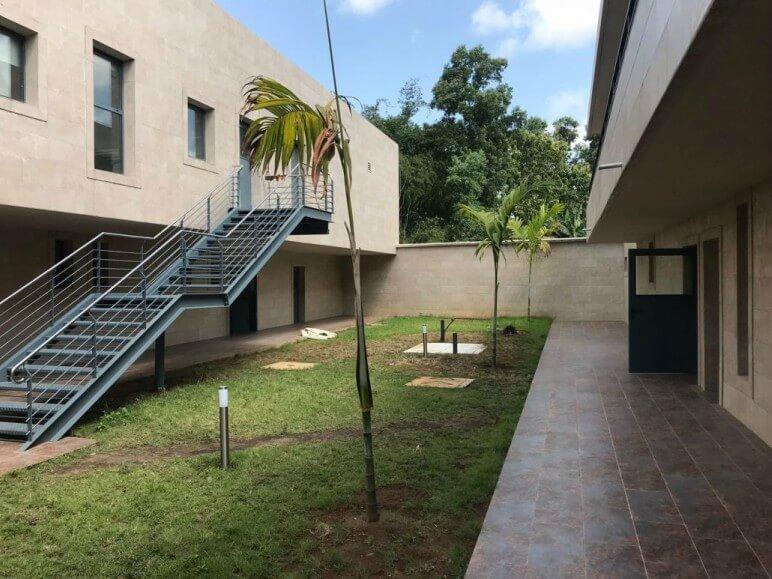 hospital costa de marfil ventana abisagrada proyecto sistemas de aluminio para la construccion alumed aluminium systems alicante 7