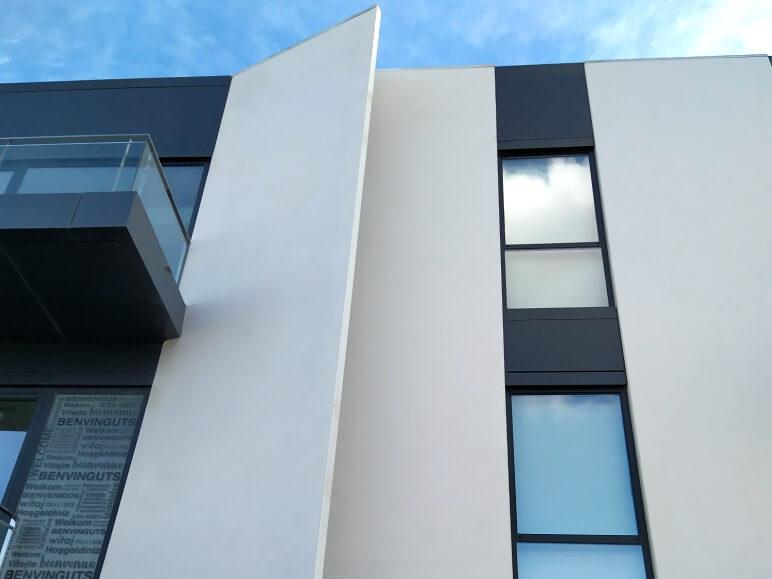 edificio funcional puertas ventanas hoja oculta insignia amc proyecto 18 sistemas de aluminio para la construccion alumed aluminium systems alicante 3