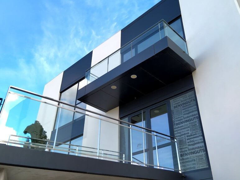 edificio funcional puertas ventanas hoja oculta insignia amc proyecto 18 sistemas de aluminio para la construccion alumed aluminium systems alicante 4